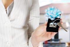имущество агента давая ключа дома Стоковая Фотография RF