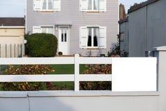 имущество принципиальной схемы реальное Выполненный на заказ роскошный дом на лете, падении, сезоне осени, времени с славно благо Стоковые Изображения RF