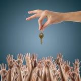 имущество принципиальной схемы реальное Много рук хотят получить Стоковые Изображения