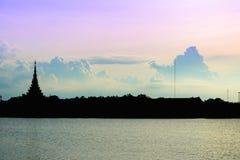 Имя виска силуэта тайское & x22; Wat Nong Wang& x22; располагает в Khonkaen, небе Таиланда красивом пока заход солнца стоковые фото