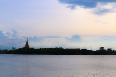 Имя виска силуэта тайское & x22; Wat Nong Wang& x22; располагает в Khonkaen, небе Таиланда красивом пока заход солнца Стоковая Фотография