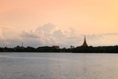 Имя виска силуэта тайское & x22; Wat Nong Wang& x22; располагает в Khonkaen, небе Таиланда красивом пока заход солнца Стоковые Изображения