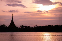 Имя виска силуэта тайское & x22; Wat Nong Wang& x22; располагает в Khonkaen, небе Таиланда красивом пока заход солнца Стоковая Фотография RF