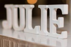 Имя ДЖУЛИИ сделанное из больших белых блоков стоковое изображение rf