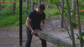 Имя пользователя человека поднимаясь концепция спорт леса видеоматериал