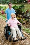 инвалиды нянчат старшую женщину стоковое изображение