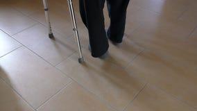 Инвалид идя с помощью ходока сток-видео