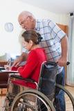 Инвалидная бумага подписания женщины Стоковые Фото