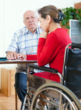 Инвалидная бумага подписания женщины Стоковые Фотографии RF