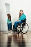Инвалидная девушка на кресло-коляске расчесывая волосы Стоковое Изображение RF