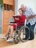 Инвалидная книга чтения женщины Стоковое Фото