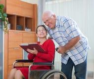 Инвалидная книга чтения женщины Стоковое Изображение
