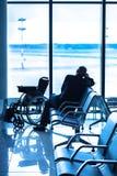 Инвалидный в интерьере авиапорта стоковые изображения