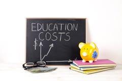 Инвестировать время и деньги в концепцию образования Различные школьные принадлежности, банкноты Взгляд сверху, конец вверх стоковая фотография rf