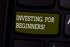 Инвестировать показа знака текста для новичков Схематические издержки фото денег обычно для дохода или клавиши на клавиатуре выго стоковое изображение rf