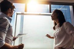 Инвесторы дела обсуждая идеи дела в конференц-зале Стоковое Изображение RF