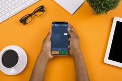 Инвестор анализируя вклады фондовой биржи на смартфоне стоковое фото rf