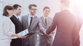 Инвестор и CFO в присутствии к команде дела трясут руки Стоковая Фотография