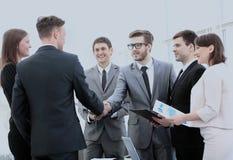 Инвестор и CFO в присутствии к команде дела трясут руки Стоковое фото RF