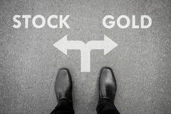 Инвестор на перекрестке - запас или золото стоковое изображение