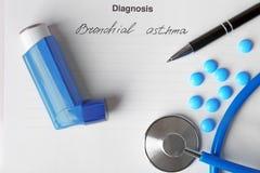 Ингалятор, пилюльки и ручка астмы стоковое изображение