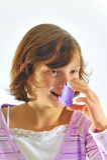 ингалятор девушки используя Стоковые Фото