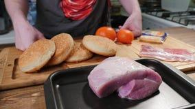 Ингредиенты бургера на разделочной доске стоковые изображения rf