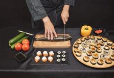 Ингредиенты для блюда из морепродуктов шеф-повар режа овощи и рыб стоковые фотографии rf