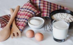Ингредиенты для делать домодельные блинчики стоковые фото