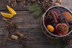 Ингредиенты для традиционного напитка с красным обдумыванным вином, вида зимы, апельсина, лимона на деревянной предпосылке Взгляд стоковая фотография rf