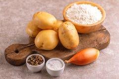 Ингредиенты для традиционных блинчиков картошки или ce Хануки latke