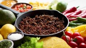 Ингредиенты для carne жулика Chili в жарить лоток утюга на белом деревянном столе видеоматериал