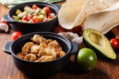 Ингридиенты готовые для подготавливать тако цыпленка при сальса сделанная от авокадоа, томатов, и перцев чилей Стоковое Изображение