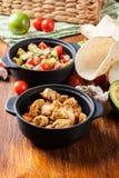 Ингридиенты готовые для подготавливать тако цыпленка при сальса сделанная от авокадоа, томатов, и перцев чилей Стоковые Изображения RF