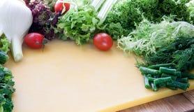 Ингридиенты для варить вегетарианскую еду от зеленых цветов и овощей стоковое фото rf