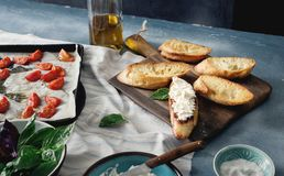 Ингридиенты для варить итальянское bruschetta с томатами, сыр Стоковое фото RF