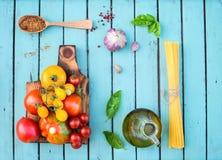 Ингридиенты для варить на деревенском затрапезном шикарном деревянном столе toma Стоковое Фото