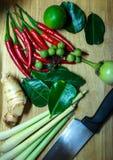 Ингридиенты для варить тайский суп овощи томата таблицы лука зеленых цветов морковей свежие намочили деревянное Стоковое фото RF