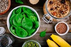 Ингридиенты для зеленых smoothies шпината: бананы, granola, семена chia Стоковое Изображение RF