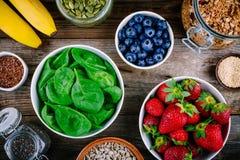 Ингридиенты для зеленых smoothies шпината: клубники, бананы, голубики, семена Стоковое Изображение RF
