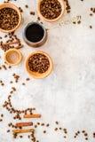 Ингридиенты для кофе Зажаренные в духовке кофейные зерна и циннамон на сером copyspace взгляд сверху предпосылки Стоковая Фотография