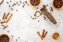 Ингридиенты для кофе Зажаренные в духовке кофейные зерна и циннамон на сером copyspace взгляд сверху предпосылки Стоковое Изображение