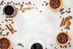 Ингридиенты для кофе Зажаренные в духовке кофейные зерна и циннамон на сером copyspace взгляд сверху предпосылки Стоковое Фото