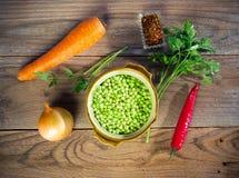 Ингридиенты для подготовки супа гороха: сухие горохи, свежие овощи и зеленые цвета Стоковые Изображения