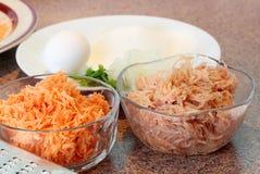 Ингридиенты для того чтобы подготовить latkes сладкого картофеля Стоковые Изображения
