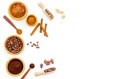 Ингридиенты для хлебопекарни и десертов Циннамон, какао, кофе, сахар, специи на белом космосе взгляд сверху предпосылки для текст Стоковое фото RF