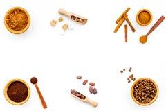 Ингридиенты для хлебопекарни и десертов Циннамон, какао, кофе, сахар, специи на белом космосе взгляд сверху предпосылки для текст Стоковое Фото