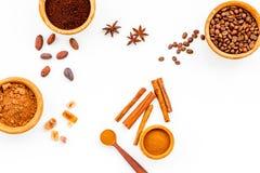 Ингридиенты для хлебопекарни и десертов Циннамон, какао, кофе, сахар, специи на белом взгляд сверху предпосылки Стоковое фото RF