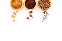 Ингридиенты для хлебопекарни и десертов Циннамон, какао, кофе, сахар, специи на белом космосе взгляд сверху предпосылки для текст Стоковое Изображение RF