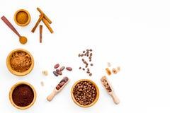 Ингридиенты для хлебопекарни и десертов Циннамон, какао, кофе, сахар, специи на белом космосе взгляд сверху предпосылки для текст Стоковая Фотография